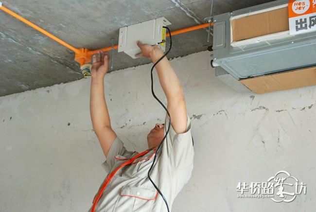 七、空调管路安装 空调管路安装分四步完成: 第一步,进行管路包扎、有效保护管路各项性能。 第二步,现场勘察放样、穿墙打洞,外墙需打空调管洞和新风管洞,内墙需凿出风管方孔。 第三步,内外机吊装,并接管接线,完成后进行第一次调试,合格后方可开始封吊顶。 第四步,待装修开始后再安装风口面板,然后进行第二次调试,合格,移交业主。