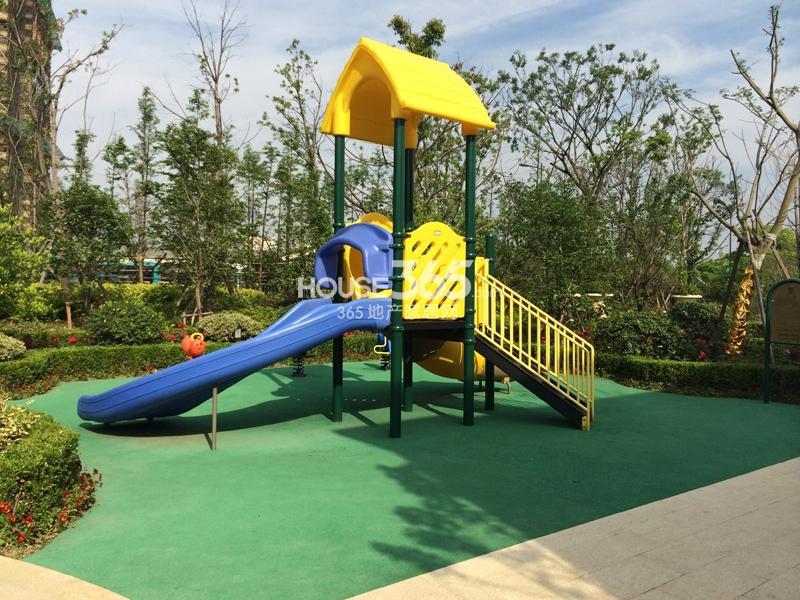 绿城莲园小区内儿童游乐场所图片